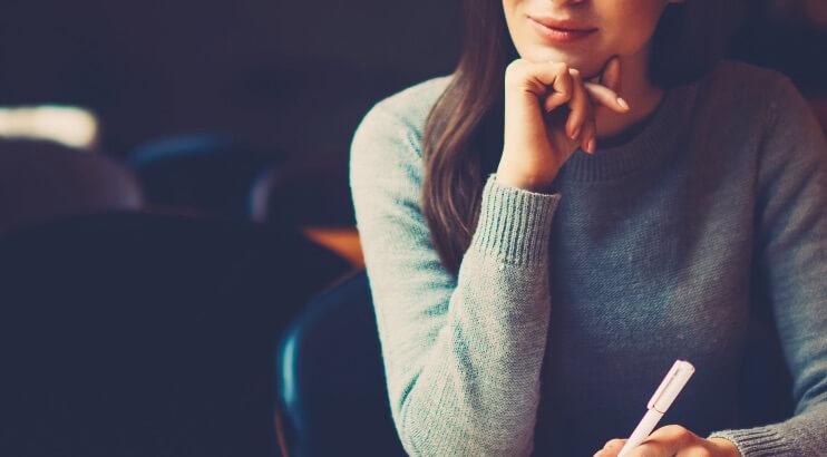 不満について考える女性